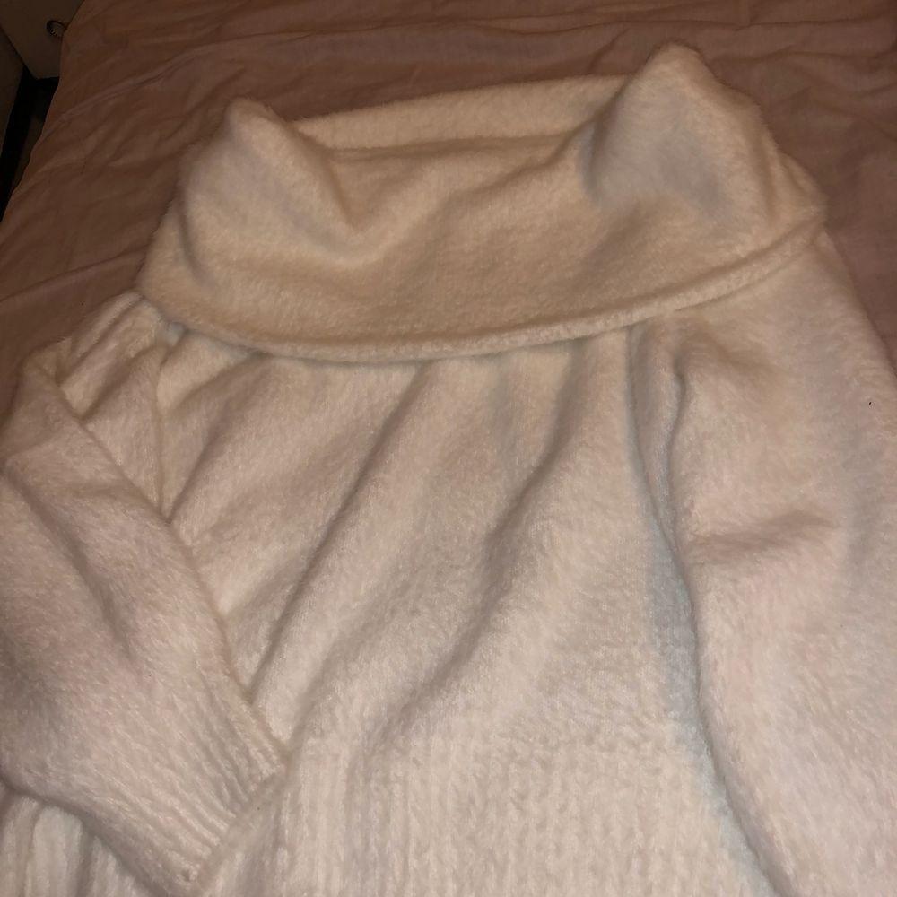 Säljer denna fina tröja från H&M som jag har endast använt en gång. Kommer oftast aldrig till användning, fin vit med super skönt material. (Köparen står för frakten) . Tröjor & Koftor.