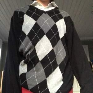 Söt tröja köpt second hand! Strl M, sitter väldigt oversize på mig som är XS. Frakt tillkommer på 30kr <3
