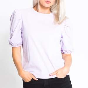 Snygg pastell lila tröja, är i storlek M men jag som vanligt vis har xs kan också ha det. Det beror på om man vill ha den oversized eller tajtare