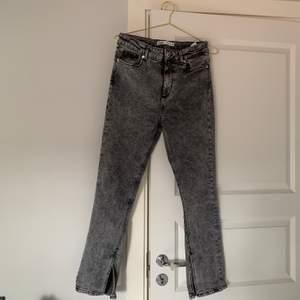 Jeans med slits från zara storlek 38. 150kr+frakt