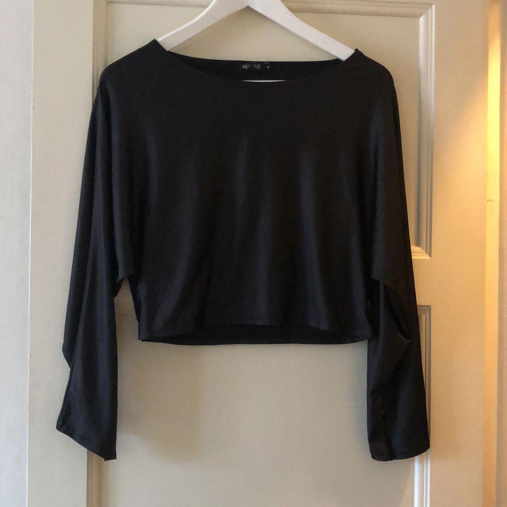 Svart-metallic tröja, låna ärmar. Strl M NLYONE använd 1gånga. Toppar.