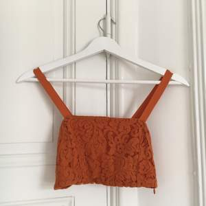 Snygg orange spetstopp från Zara i storlek S 🧡 Frakt tillkommer:) glöm inte att kolla in mina andra annonser säljer bland annat en likadan topp i svart 🍊✨