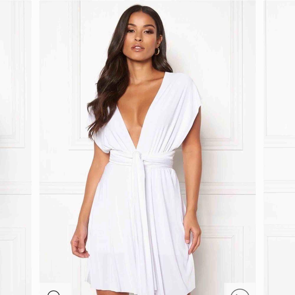 Säljer en ny klänning från Goddiva som kan knytas på många olika sätt. Den är väldigt vacker och följer kroppens alla kurvor, men den användes aldrig. Stl L men passar både M-XL. Klänningar.
