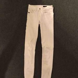Vita lågmidjade jeans från Tiger of Sweden! Är långa och passar mig som är ca 177cm lång. Använda 2-3 ggr & är i bra skick förutom lite slitningar på tiger of sweden märket där bak☺️ Nypris ca 1200kr