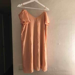 Jätte fin klänning ifrån VILA i typ en aprikosrosa färg. Aldrig använd. Skulle säga att det mer är som en S än XS. Köparen står för frakt. (Skrynklig nu då den legat i en låda sen jag köpte den)