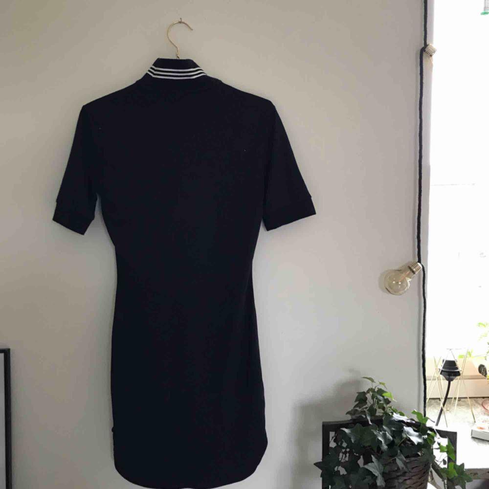 Jättesnygg Adidas-klänning. Cool form och krage med dragkedja. Använd max 5 gånger, så i väldigt bra skick! Funkar på de som har 32/34/36 skulle jag säga, den sitter snyggt oversized!   Kan mötas upp i Göteborg, annats står köparen för frakten!!❤️. Klänningar.