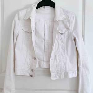 Snygg vit jeansjacka. En aning kortare