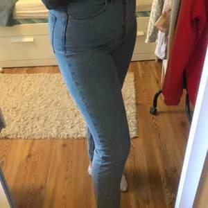 Galet snygga jeans från monki i modellen kimono. Använda väl men i bra kvalite. Stor favorit i garderoben men tyvärr fått inse att de är försmå🥺Fullpris 400, skriv för fler bilder🥰