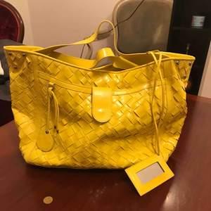 Big size yellow charol väska.  Med olika fickor och fack.   Donna
