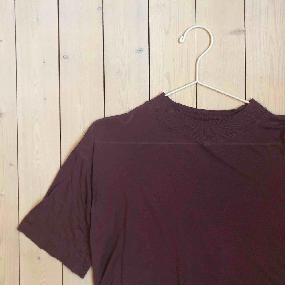 En mörklila T-shirt som är lite tunnare och kortare i modellen. Superskönt tyg!! . Toppar.