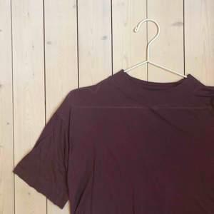 En mörklila T-shirt som är lite tunnare och kortare i modellen. Superskönt tyg!!
