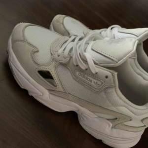 Skit snygga sneakers från adidas, endast använda ett fåtal gånger, som nya!