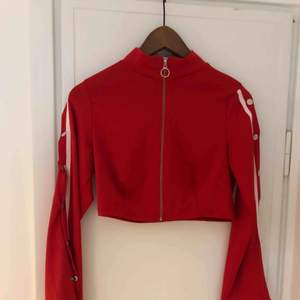 Supercool röd croppad tröja/tunnare jacka med popper ärmar.