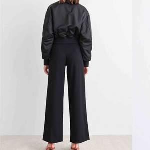 Säljer mina Jenna trousers i strl 36, köpt på Gina Tricot och är sparsamt använda. Frakten ingår i priset och betalning sker via swish.