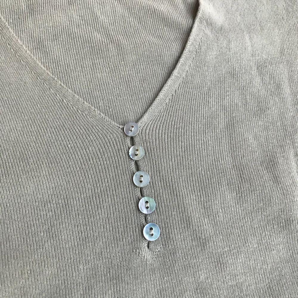 Beige v-ringad långärmadtröja med knappar längst fram från Benetton. Mycket mjukt tyg och bekvämt.. Tröjor & Koftor.