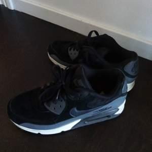Snygga sneakers, svart o grå. Storlek 39,i fint skick.