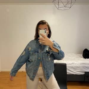 Så fin jeansjacka. Super skick. Köparen står för frakt eller möts upp i Göteborg!