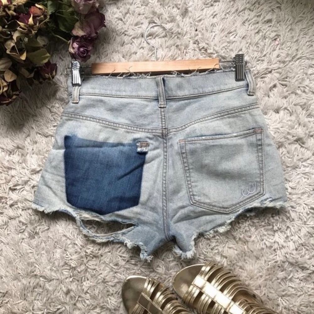 Ljus blåa jeans shorts. Köpta i USA från EXPRESS JEANS. Använd 2 gånger. Storlek 00 men passar xs-s. Original pris 79,90$. Nya priset går att diskutera. Köpta under en resa i usa. Säljer då dom tyvärr inte passar längre.. Shorts.