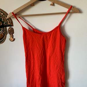 Orange linne storlek XS/S. Kan klippas till en croptop om man vill.Säljer då jag aldrig använder den. Pris:50kr inklusive frakt☺️