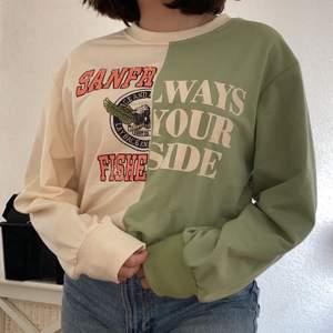 Säljer denna superfina tvåfärgade tröjan i storlek S! Den är i superfint skick och endast använd en gång!💕 Köparen står för frakten! Skriv gärna privat om du har några frågor!💗 Kommentarerna är öppna för budgivning!💗