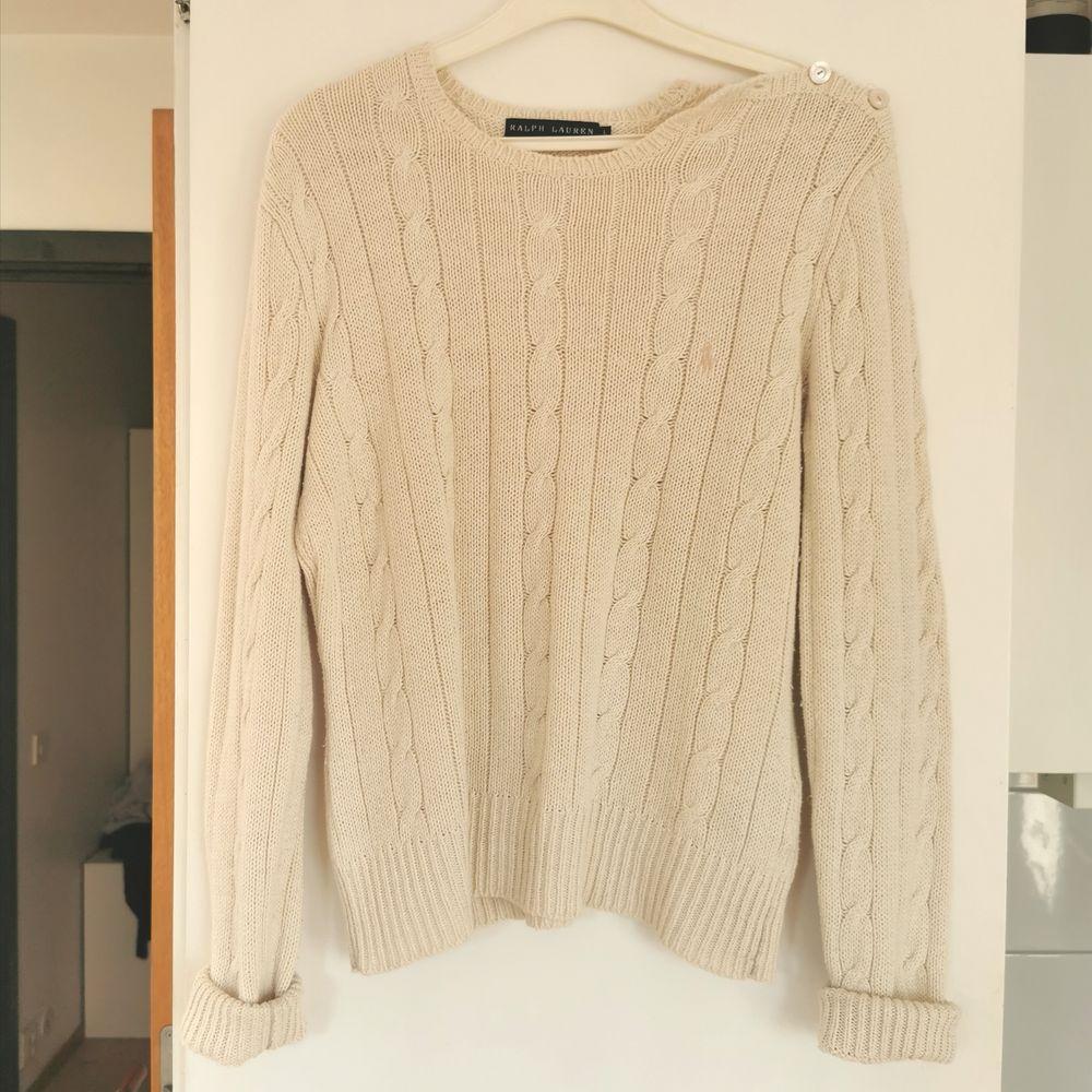 Stickad tröja från Ralph Lauren, fin detalj med knappar, strl L, liten i storleken, frakt ingår i priset 💕. Stickat.