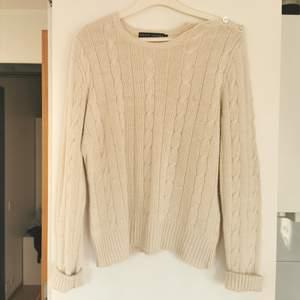 Stickad tröja från Ralph Lauren, fin detalj med knappar, strl L, liten i storleken, frakt ingår i priset 💕