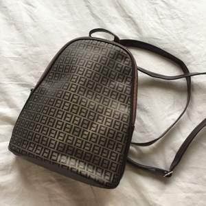 Liten ryggsäck köpt secondhand. I fint skick, säljer för kommer ej till användning