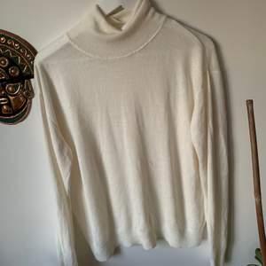 Skön vit turtleneck. Saknar storleksmärkning men passar oversized på mig som bär XS. Säljer även i röd det e bara att kolla min profil☺️Frakt tillkommer men kan även mötas upp i stockholm💗