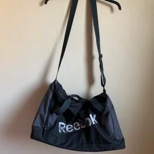 Enkel snygg sportbag som är sparsamt använd av märket Reebok.