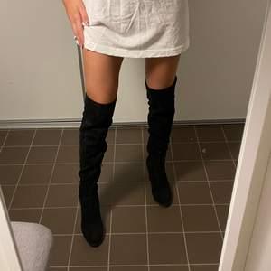 🤎Säljer mina supersköna högklackade boots. Superfina nu till hösten, håller sig varma och är bekväma att gå i. Inga skador- smuts borstas enkelt bort med en liten skoborste. Kartong följer med om man vill. Material: äkta mocka.🤎 💌Fraktar: måndagar & torsdagar. Kan även mötas i stockholm.