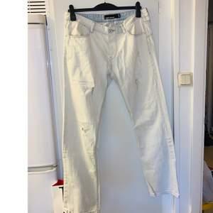 Fishbone jeans str 34/32 i ny skick (endast använda 1 gång).  Kolla gärna in mina andra inlägg, Vi intresse av fler varor så fixar jag ett bra paketpris!