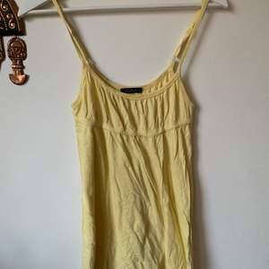 Säljer detta gula linne från cubus från slutet av 00-talet💗 frakt tillkommer