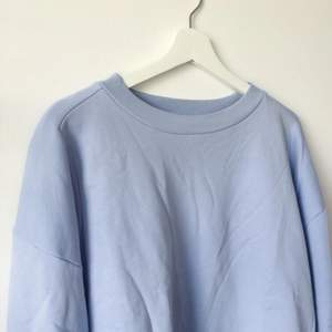 Babyblå sweatshirt från & Other Stories i strl 38. Använd kanske 2-3 gånger max.