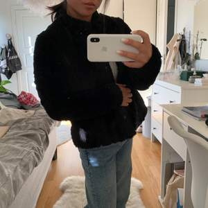 Så otroligt mjuk och härlig svart pälsjacka perfekt nu i vinter/höst. Har en kort krage som värmer jättemysigt!! 🥰🥰 en knapp nertill saknar men inget som märks av 💕💕