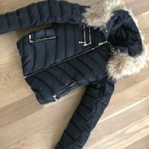 Hollies jacka köpt förra vintern, använd max 10 gånger. Säljer för 900 plus frakt. Storlek 34. Inga fel på den eller skador.