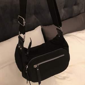 Fin axelremsväska köpt i London. Väskan är använd ca 3 gånger men är i fint skick!