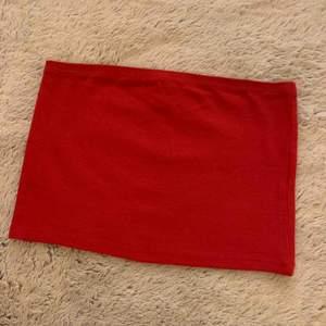 Röd topp köpt på Newyorker, använd en gång. Frakt tillkommer på 18kr.