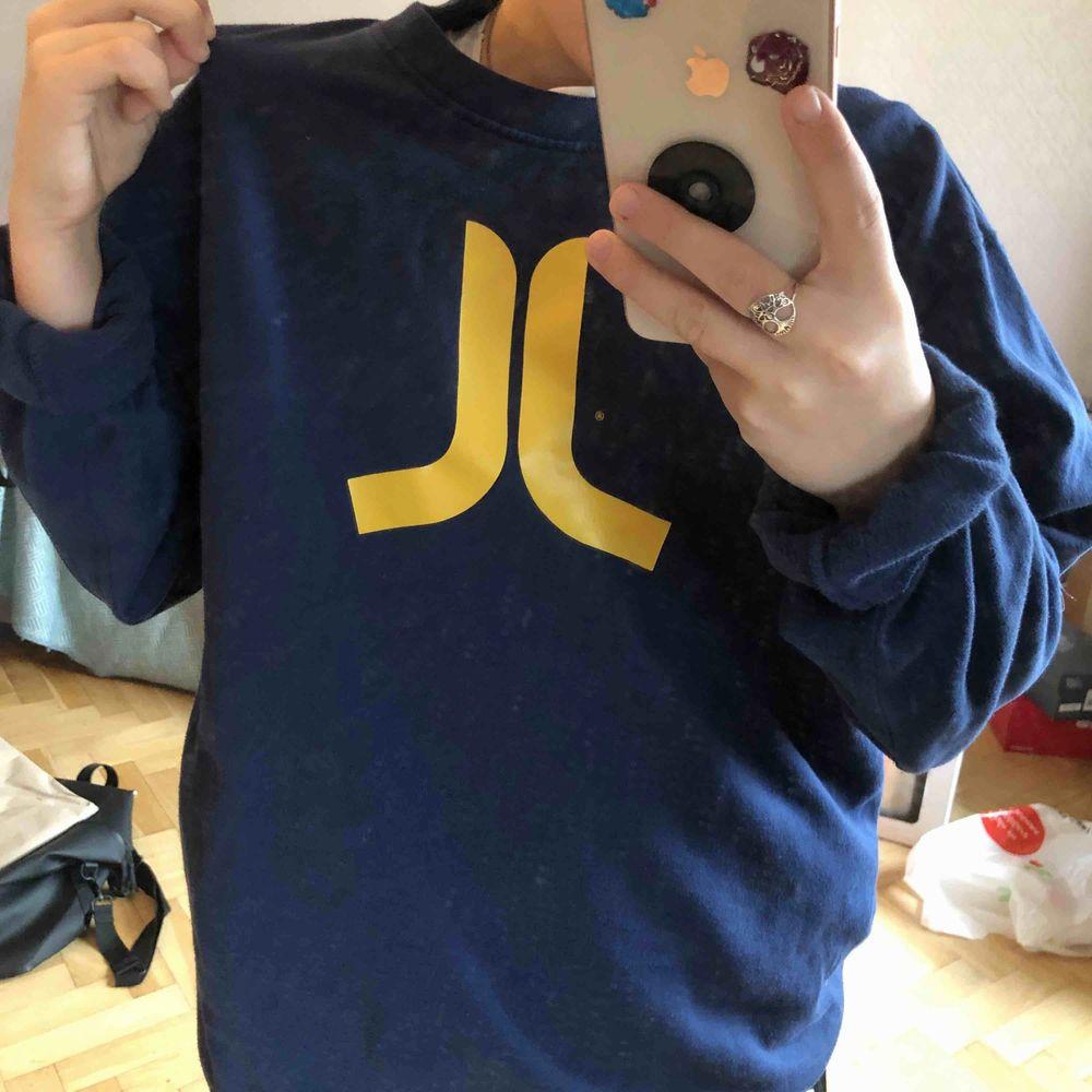 ball collegetröja från WEZC! sparsamt använd!. Huvtröjor & Träningströjor.