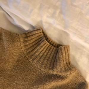 En super snygg beige stickad tröja. Lite högre i kragen och uppsydda armar.🥰