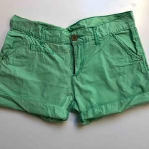 Gröna sommar shorts i stoleken 164 men passar även SX. Dem har en liten fläck på insidan låret ifall man väljer att vika upp dem. Köparen betalar frakten