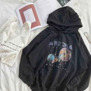 BUD PÅ 260!!! Skriv privat vad ni budar!!! Slutsåld Arizona hoodie från by.anastasia! Köpte för 299 och den är aldrig använd. Säljer för att jag har en liknande.  Supercool och fin! Jätte skön men ganska tunn