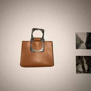 🧡Snygg orange väska med coola turkosa handtag från Zara. Cool att matcha till en svart outfit eller något annat! Möts upp eller fraktar (står inte för postens slarv)🧡