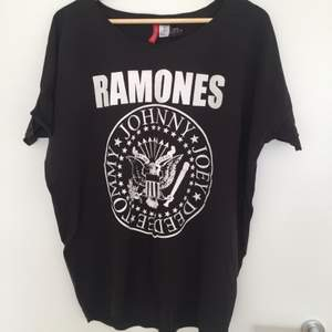 Oversize Ramones t-shirt i strl S från H&M. Frakt tillkommer 🎈