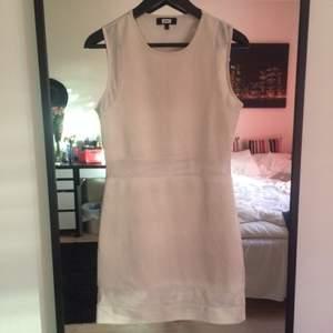 Tight ljusbeige klänning från BikBok med mesh detaljer vid ärmar, midja och ben.