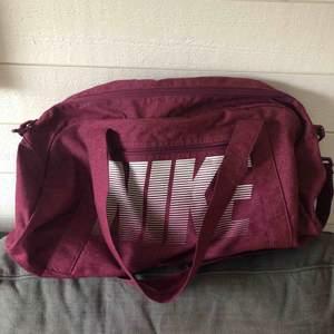 Jättefin Nike väska som bara är använd några fåtal gånger. Köpt på stadium.  Frakt 40kr 💕