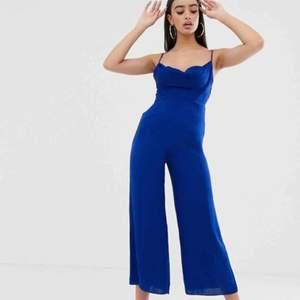 Blå jumpsuit från Asos, endast provad på. Färgen är mer som bilden från asos alltså ljusare blå. Storlek 36, i perfekt skick.   Köparen står för frakt