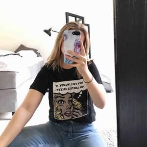 Helt ny t-shirt med tryck från Twintip. Aldrig använd så lapparna sitter kvar. Möts upp i Göteborg eller skickar mot att köparen står för frakten.