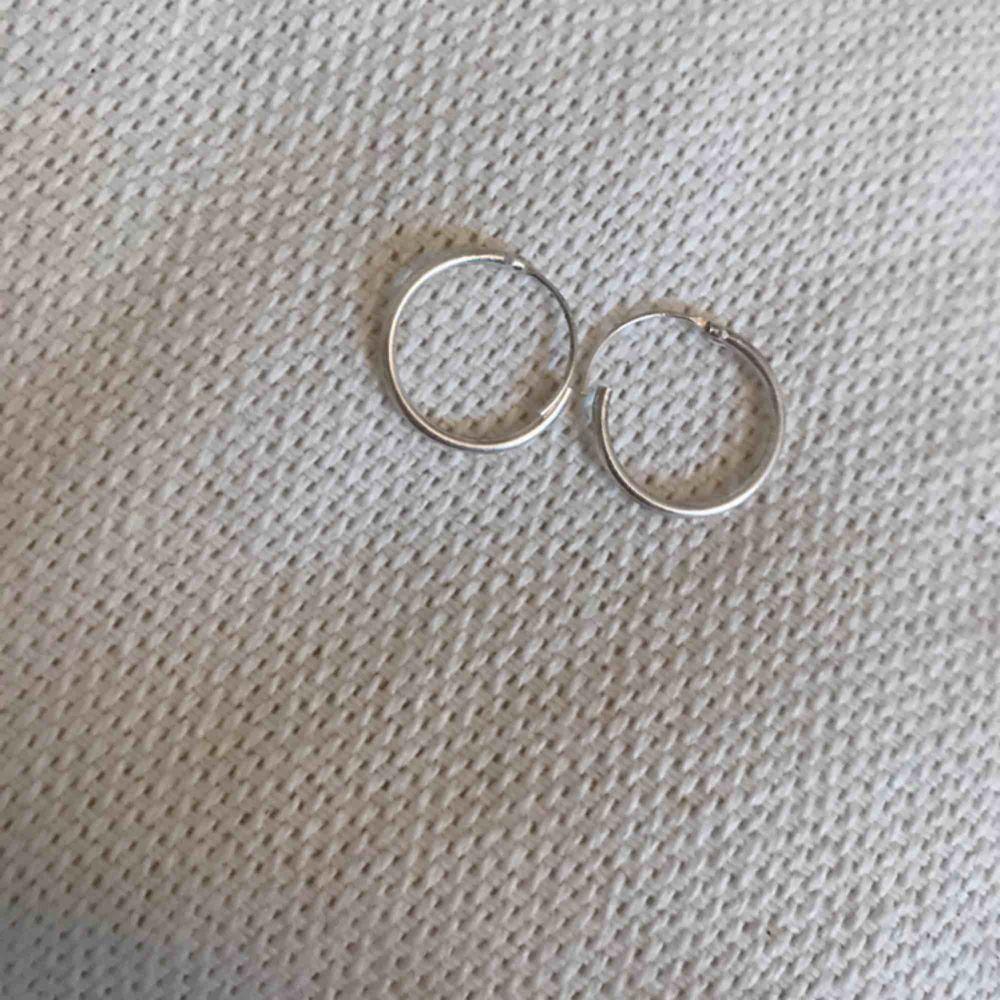 Ett par jätte fina örhängen från glitter bara testade då jag nästan har identiska, möts upp i Sundsvall eller frakt på 9kr! Swish!. Accessoarer.