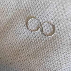 Ett par jätte fina örhängen från glitter bara testade då jag nästan har identiska, möts upp i Sundsvall eller frakt på 9kr! Swish!