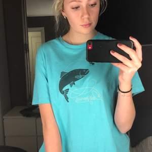 En blå/ turkos t-shirt från Patagonia i bra skick. Jag har vanligtvis storlek S/M och ni ser på bilden hur den sitter på mig. Köpt på bloc vintage 😊